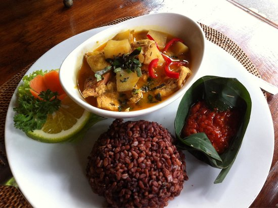 Cafe Wayan & Bakery : Wayan styled curry chicken with brown rice. The curry we tried in Ubud is generally watery. Nice