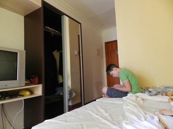 Hotel Comarruga Platja : случайно щелкнули сына на двух сдвинутых кроватях