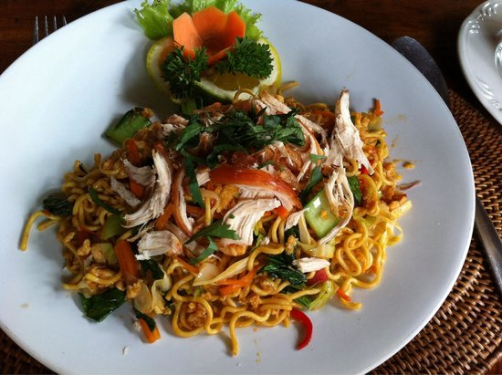 Cafe Wayan & Bakery : Bakmie Goreng with Chicken. Nicely flavored with a little spiciness.