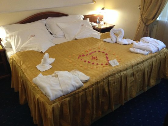 Hotel General: Bed creatively decorated