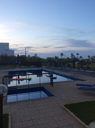 Platomare Hotel Apartments: evening by the pool