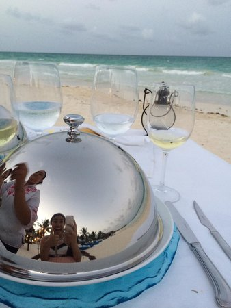 Pavo Real by the Sea: Romantic dinner on the beach