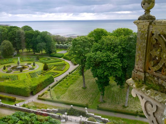 Dunrobin Castle and Gardens : Photo of the gardens from the castle