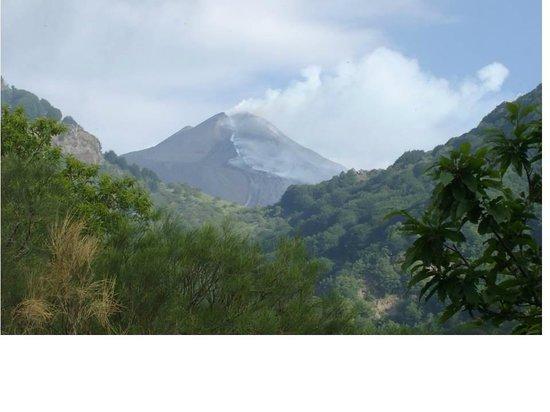 Monte Etna: View of Mount Etna spewing
