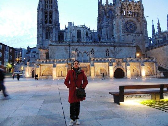 Catedral de Burgos: Catedral ao entardecer se iluminando