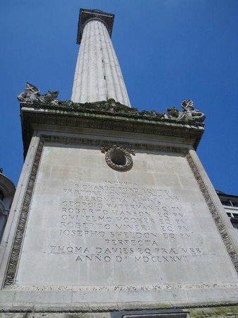 The Monument to the Great Fire of London : 塔の途中にあるスリットは中の階段の明かり取りです。