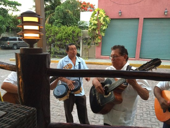PLANK Gourmet grill & patio bar: Mariachi entertainment