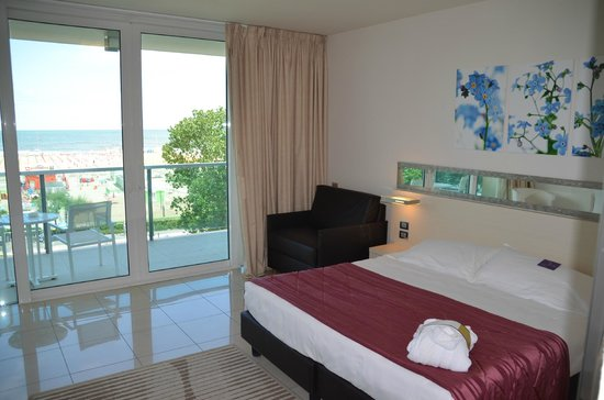 Mercure Rimini Artis : Room and view of beach