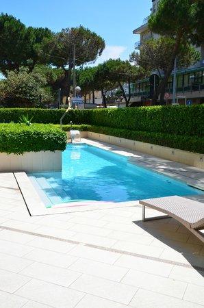Mercure Rimini Artis: Pool at front of hotel