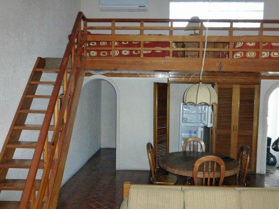 Club El Moro: Wohnraum mit Treppe zum Loft