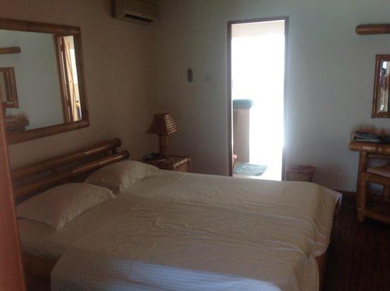 Angaga Island Resort : Zimmer mit Blick in das Bad