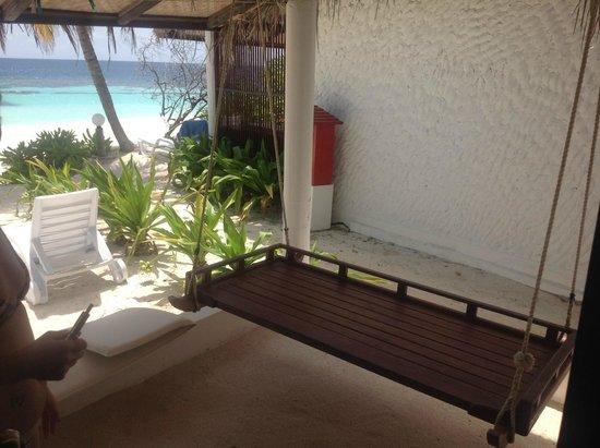 Angaga Island Resort & Spa : Schaukel vor dem Bungi