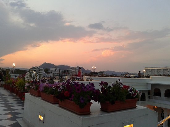 Jagat Niwas Palace Hotel: sunset view from roof top restaurant