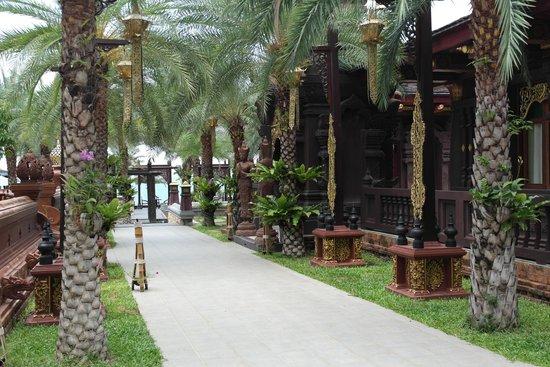 Ammatara Pura Pool Villa : Walkway to the beach