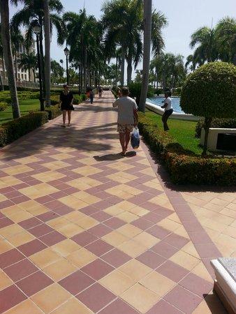 Hotel Riu Palace Punta Cana: walk to pool and beach