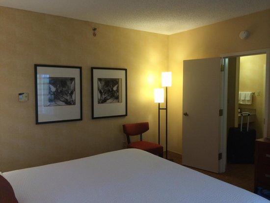 Courtyard by Marriott Atlanta Perimeter Center: Suite bedroom