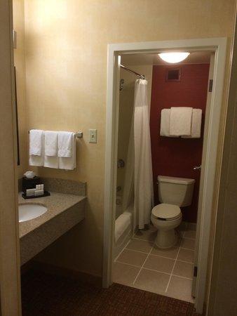 Courtyard by Marriott Atlanta Perimeter Center: Suite bathroom