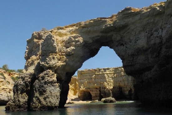 Blue & Green Vilalara Thalassa Resort: Grottes marines , au départ de la plage.