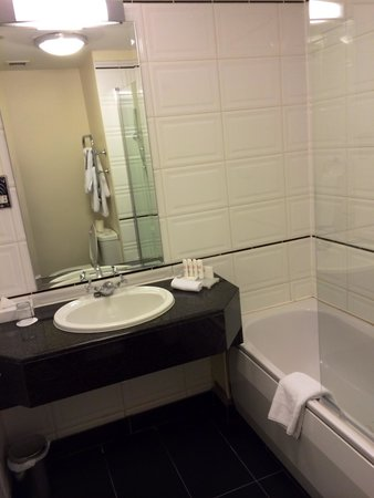 Radisson Blu Hotel, Dublin Airport: Bathroom 526