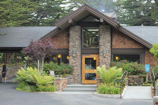 Bodega Bay Lodge: Main building/ lobby
