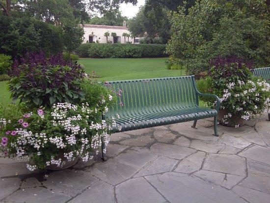 Arboreto y Jardín Botánico de Dallas: Pleny of places to sit and enjoy