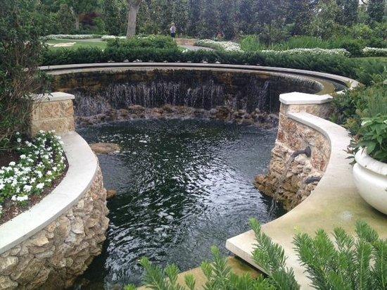 Arboreto y Jardín Botánico de Dallas: One of several waterfall fountains
