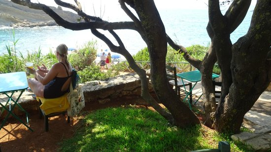 White Rocks Hotel & Bungalows: Incline down to private beach - much steeper than it looks