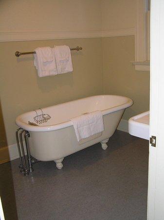 Mammoth Hot Springs Hotel & Cabins: vasca da bagno