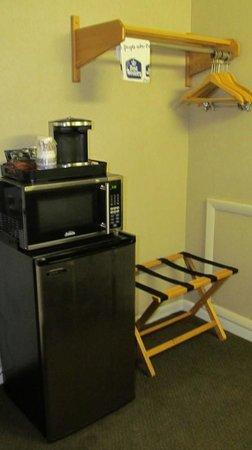 Best Western Plus Chincoteague Island: Fridge, microwave, coffee maker area