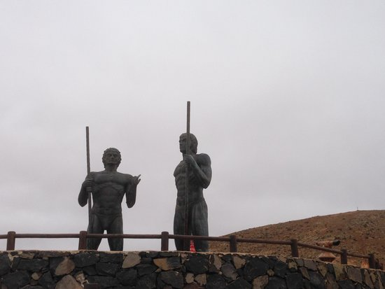 Barcelo Corralejo Bay : Statues of two Guanche Kings of Old