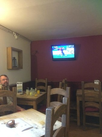 New Dungeon Ghyll Hotel : Football on the telly in the Walkers Bar