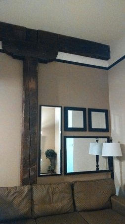 Homewood Suites by Hilton Indianapolis-Downtown : Nice details, reclaimed wood