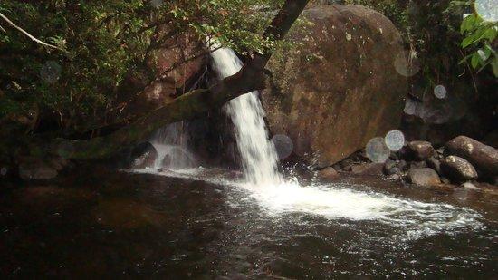Pousada Caram: caichoeira dentro da pousada!!