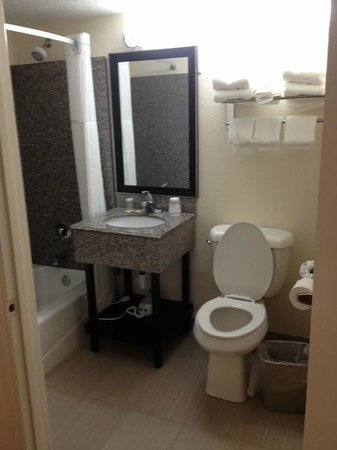 Super 8 Daytona Beach Oceanfront : Bathroom