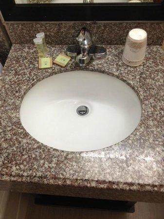 Super 8 Daytona Beach Oceanfront : Bathroom sink