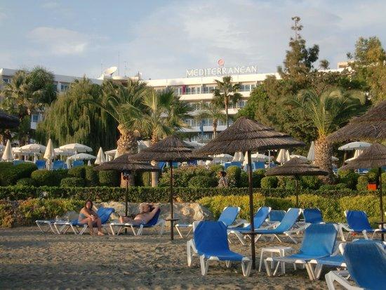 Mediterranean Beach Hotel : Вид на отель с пляжа