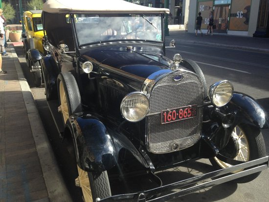 The Historic Hotel Congress : Vintage cars on display