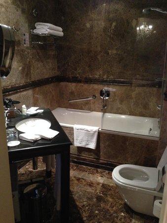 Savic Hotel: Bathroom