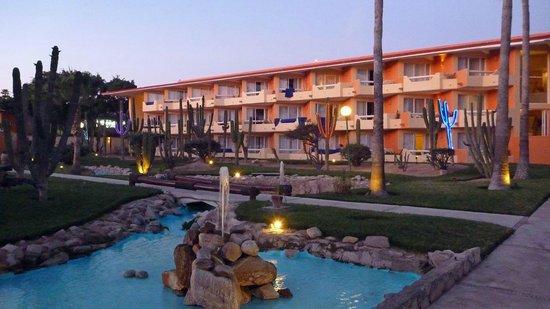 Posada Real Los Cabos: Garten mit Beleuchtung im Abendlicht