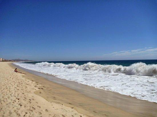Posada Real Los Cabos: Wellen am Strand vor dem Hotel