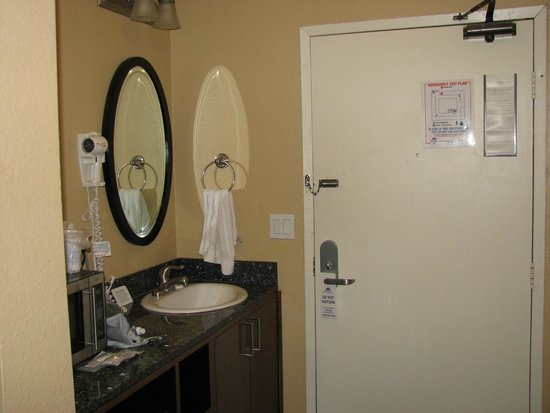 Quality Inn San Diego Downtown North: wash basin by the door