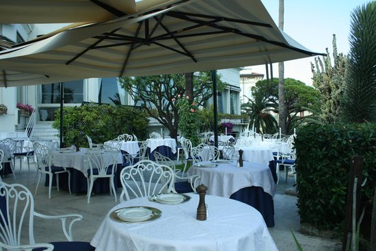 Royal Hotel Sanremo: Tables ready for the evening meal