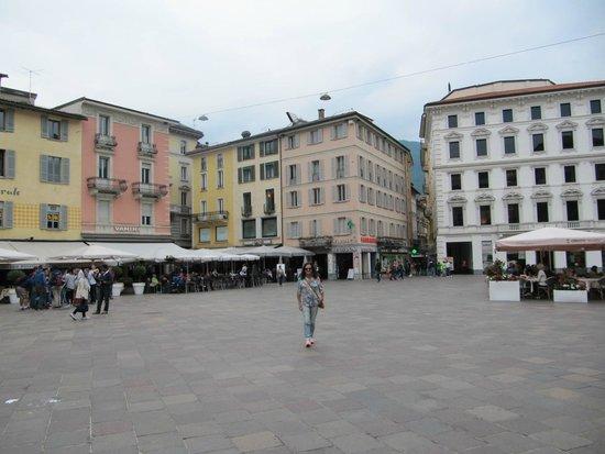 Piazza della Riforma: Ampla e cheia de restaurantes