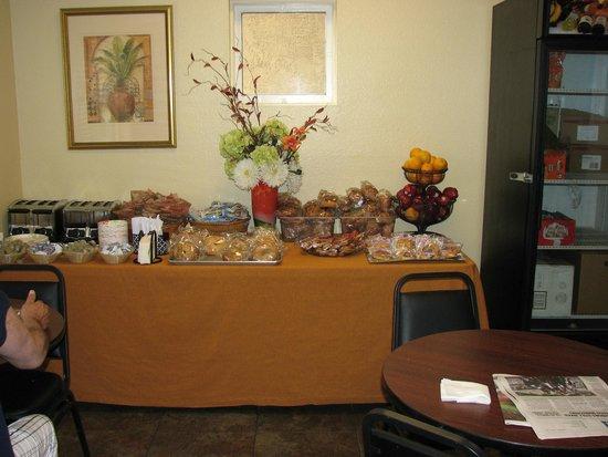Quality Inn San Diego Downtown North: breakfast room