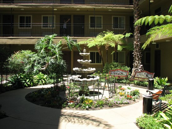 Quality Inn San Diego Downtown North : pleasant interior courtyard
