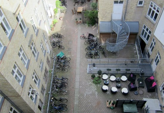 Andersen Boutique Hotel: Looking into the courtyard. Enjoy free wine there in the afternoon!