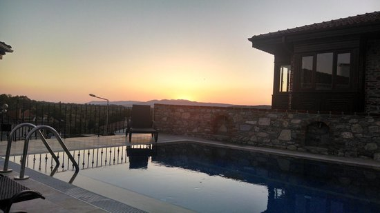 Ayasoluk Hotel & Restaurant: View by the pool during sunset in June!