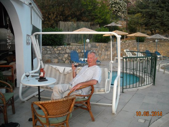 Anixis Restaurant & Pool Bar : having a relaxing time