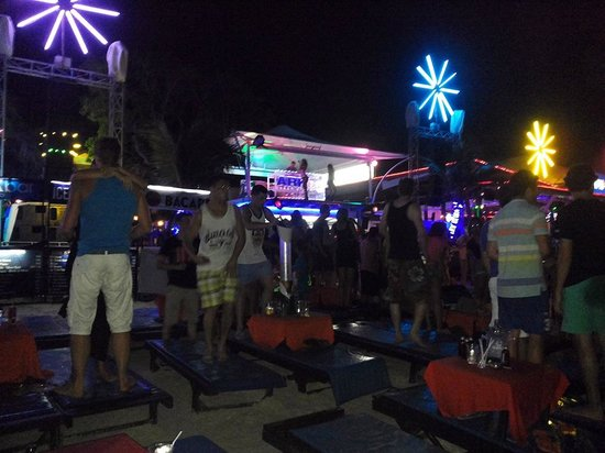 Ark Bar Beach Club : il vero  spettacolo sono i giovani da tutto il mondo