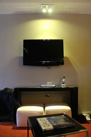 Park Plaza Westminster Bridge London: Room 967 - The small living and the first flatscreen.